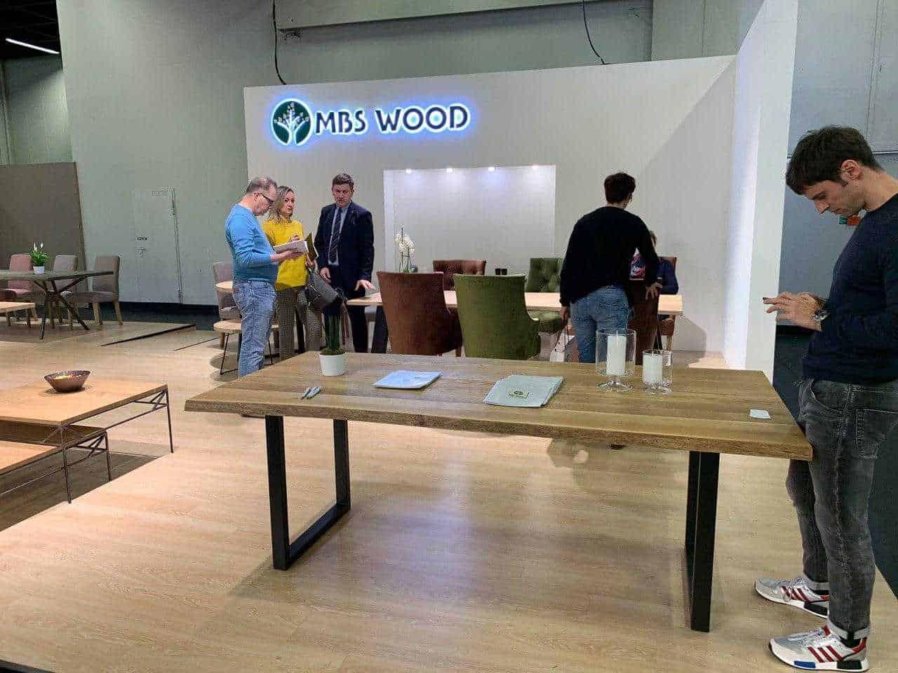 Möbelausstellung Holztische